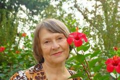 kwiatu prawie stara kobieta Zdjęcia Royalty Free