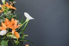 Kwiatu przygotowania bukiet strona z popielatą pracownianą tło kopii przestrzenią Kwiecisty pojęcia tło z szarą negatyw przestrze Zdjęcie Stock