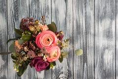Kwiatu przygotowania róże i ranunculus Zdjęcie Stock