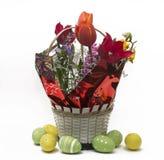 Kwiatu przygotowania w garnkach z Wielkanocnymi jajkami zbliża białego backgroun Zdjęcia Stock