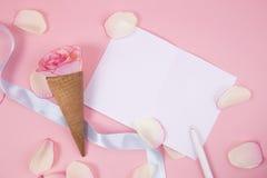 Kwiatu rożek na różowym tle Fotografia Royalty Free