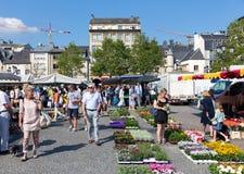 Kwiatu rynek z zakupów ludźmi w Luksemburg mieście obrazy royalty free