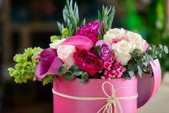 Kwiatu skład w menchii pudełku zdjęcie royalty free