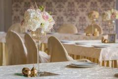 Kwiatu skład w restauraci Fotografia Royalty Free