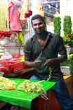 Kwiatu sprzedawca przy noc rynkiem w Singapur Obrazy Royalty Free