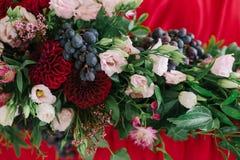 Kwiatu tło przy stołem nowożeńcy obrazy stock