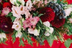 Kwiatu tło przy stołem nowożeńcy obrazy royalty free