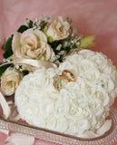 kwiatu właściciela poduszki pierścionek Zdjęcia Royalty Free