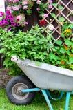 kwiatu wheelbarrow Zdjęcia Royalty Free