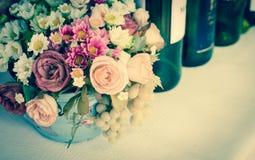 Kwiatu wina i bukieta butelki Zdjęcia Royalty Free
