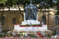 Kwiaty, świeczki i uznania Daphne Caruana Galizia przy stopą Wielki Oblężniczy zabytek przy Valletta, Malta zdjęcia stock