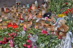 Kwiaty, świeczki i zabawki przy Rosyjską ambasadą w Talline- uznaniu tamto zabijać w katastrofie samolotu, Zdjęcie Stock