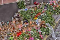 Kwiaty, świeczki i zabawki przy Rosyjską ambasadą w Talline- uznaniu tamto zabijać w katastrofie samolotu, Fotografia Stock