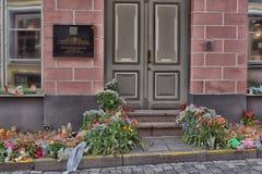 Kwiaty, świeczki i zabawki przy Rosyjską ambasadą w Talline- uznaniu tamto zabijać w katastrofie samolotu, Zdjęcia Stock