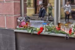 Kwiaty, świeczki i zabawki przy Rosyjską ambasadą w Talline- uznaniu tamto zabijać w katastrofie samolotu, Fotografia Royalty Free