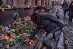 Kwiaty, świeczki i zabawki przy Rosyjską ambasadą w Talline- uznaniu tamto zabijać w katastrofie samolotu, Obrazy Stock
