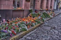 Kwiaty, świeczki i zabawki przy Rosyjską ambasadą w Talline- uznaniu tamto zabijać w katastrofie samolotu, Zdjęcia Royalty Free