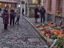 Kwiaty, świeczki i zabawki przy Rosyjską ambasadą w Talline- uznaniu tamto zabijać w katastrofie samolotu, Zdjęcie Royalty Free