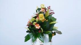 Kwiaty, bukiet, obracanie na białym tle, kwiecisty skład składać się z różany centu pas ruchu, goździk, cymbidium zbiory wideo