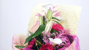 Kwiaty, bukiet, obracanie na białym tle, kwiecisty skład składać się z solidago kalia, leluja, Gerbera Terry zdjęcie wideo