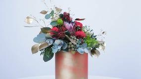 Kwiaty, bukiet, obracanie na białym tle, składać się z Protea, Brunia zieleń, Barbatus, róża kształtujący bordowie zdjęcie wideo