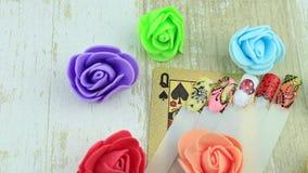 Kwiaty, gwoździ szablony i karciana królowa, zdjęcie wideo