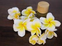 kwiaty i aromatyczny olej obraz stock