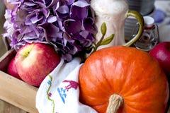 Kwiaty i bania dla jesień domu wystroju piękny skład zdjęcie royalty free