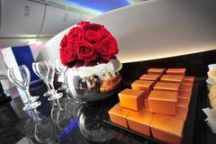 Kwiaty i czekolady witać pasażerów na Qatar Airways Boeing 787-8 Dreamliner przy Singapur Airshow Obrazy Stock