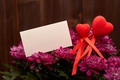 Kwiaty i czerwieni serca to walentynki dni Fotografia Royalty Free