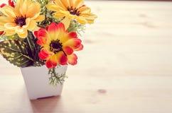 Kwiaty i garnek na biurowym biurku Rocznika brzmienie Zdjęcia Stock