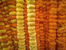 Kwiaty i girlandy dla sprzedaży przy kwiatem wprowadzać na rynek zdjęcia royalty free