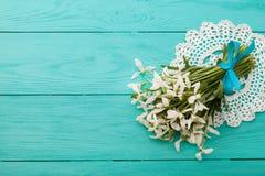 Kwiaty i koronkowy faborek na błękitnym drewnianym tle Zdjęcie Royalty Free