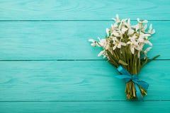 Kwiaty i koronkowy faborek na błękitnym drewnianym tle Zdjęcia Royalty Free