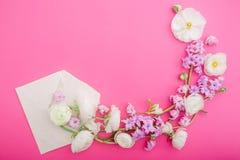 Kwiaty i papierowa koperta na różowym tle Mieszkanie nieatutowy, odgórny widok kwiecisty ramowy round Obrazy Royalty Free