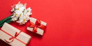 Kwiaty i prezentów pudełka nad stołem Odg?rny widok z kopii przestrzeni? zdjęcie stock