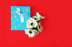 Kwiaty i prezenta pudełko na tle zdjęcie royalty free