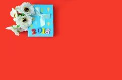 Kwiaty i prezenta pudełko na tle obraz stock