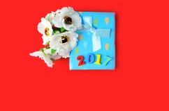 Kwiaty i prezenta pudełko na tle Obrazy Royalty Free