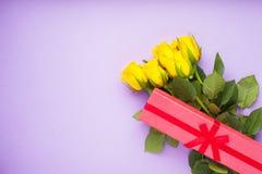 Kwiaty i prezenty dla gratulacje zdjęcia stock