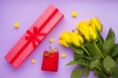 Kwiaty i prezenty dla gratulacje zdjęcie stock