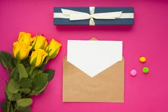 Kwiaty i prezenty dla gratulacje obraz stock