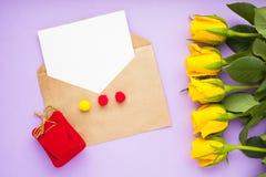 Kwiaty i prezenty dla gratulacje obraz royalty free