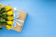 Kwiaty i prezenty dla gratulacje fotografia stock