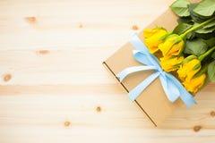 Kwiaty i prezenty dla gratulacje zdjęcia royalty free