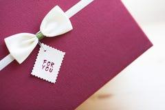 Kwiaty i prezenty dla gratulacje fotografia royalty free