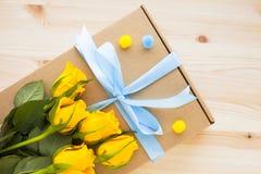 Kwiaty i prezenty dla gratulacje obrazy royalty free