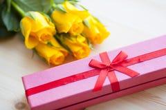 Kwiaty i prezenty dla gratulacje obrazy stock