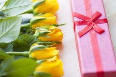 Kwiaty i prezenty dla gratulacje zdjęcie royalty free
