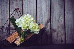Kwiaty i rocznik książki Zdjęcia Stock